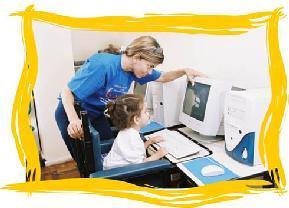 Menina com  P.C. usando o computador
